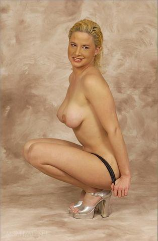 actress Tammy Lynn Sytch 22 years bawdy photo in the club