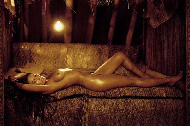 celebritie Tia Carrere 18 years bare-skinned foto in the club