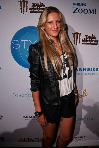 actress Victoria Azarenka 19 years nudity picture in the club