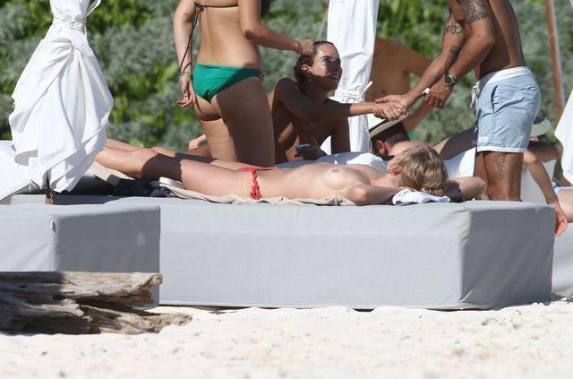 celebritie Toni Garrn 20 years swimming suit image in the club