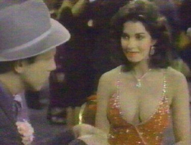 celebritie Sela Ward 25 years Without brassiere photoshoot beach