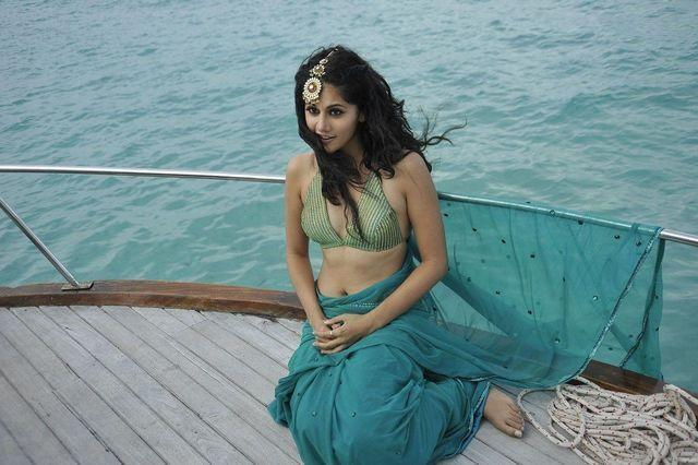 actress Taapsee Pannu 20 years concupiscent foto beach