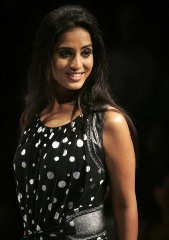 actress Mahie Gill 18 years unmasked photos in the club