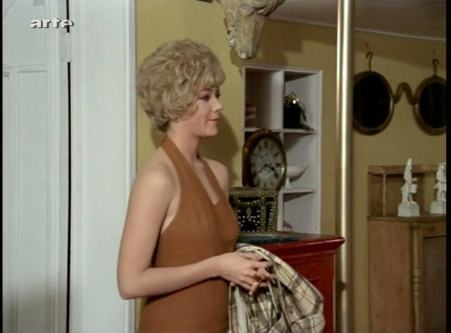 celebritie Linda Thorson 22 years in the buff picture in public