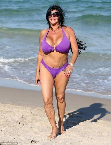 celebritie Angela Raiola 20 years chest photo in public