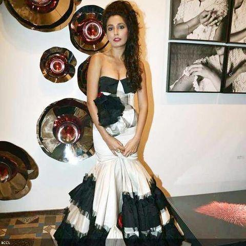 actress Monica Dogra 19 years romantic art in the club
