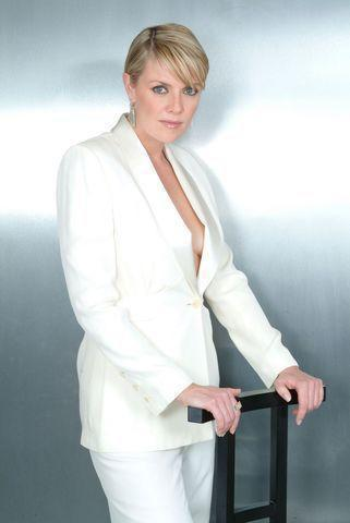 celebritie Amanda Tapping young indelicate photoshoot in public