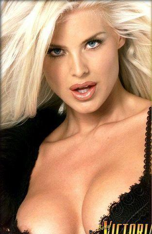 actress Victoria Silvstedt 21 years bare-skinned photo in the club