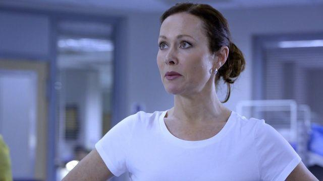 celebritie Amanda Mealing 2015 leafless photo in public