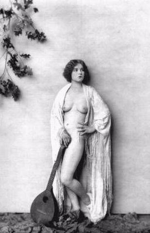 actress Clara Bow 2015 Without bra photo in public