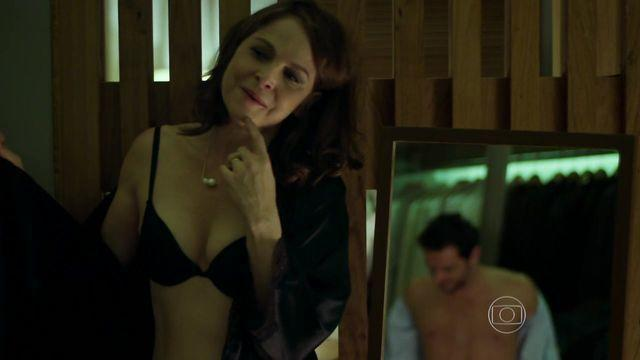 celebritie Drica Moraes 23 years Without bra photoshoot in the club