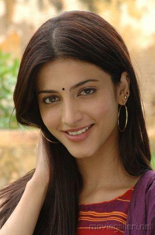 actress Shruti Haasan 20 years Sexy pics in public