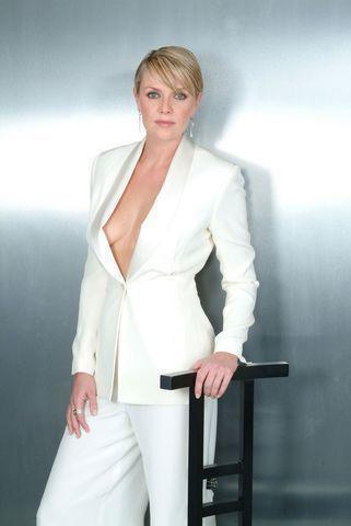 celebritie Amanda Tapping 21 years leafless foto beach