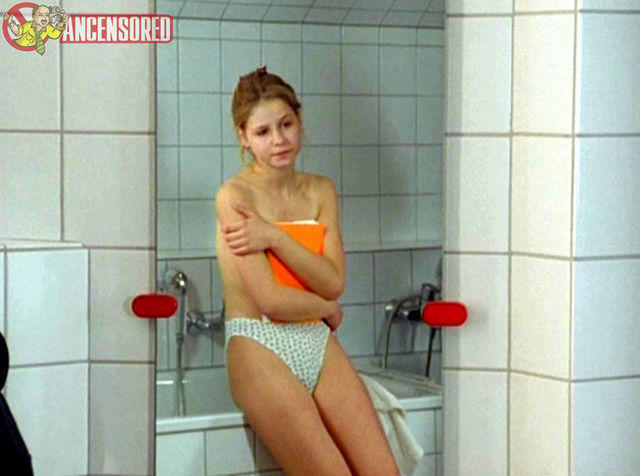actress Theresa Scholze 21 years k-naked image in public