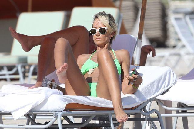 actress Lady Victoria Hervey 19 years Without bra picture in the club