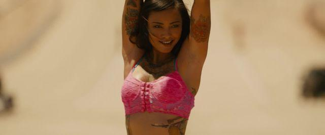 celebritie Levy Tran 20 years bareness photoshoot in public