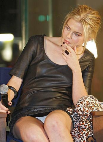 celebritie Rachael Taylor 23 years Without camisole foto in public