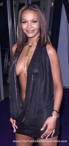 celebritie Samantha Mumba 23 years bust foto in the club