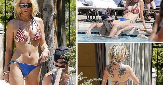 actress Sarah Harding 18 years Without bra art beach