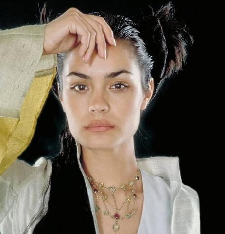 models Shannyn Sossamon 18 years in the altogether pics in public