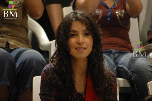 actress Shraddha Nigam 20 years bust art in public