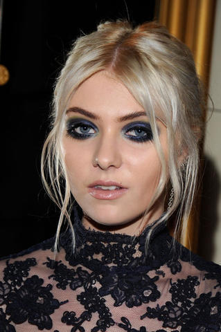 actress Sloane Momsen 21 years sexual foto in the club