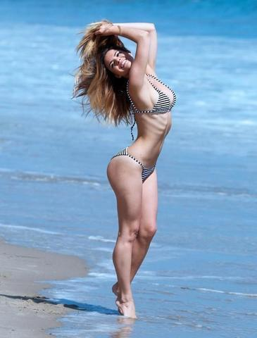 models Kaili Thorne 21 years Without brassiere photoshoot beach