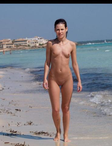 actress Evangeline Lilly 22 years natural photo in the club