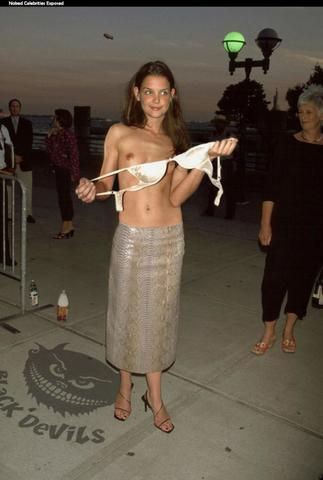 actress Katie Holmes 22 years Without bra foto home