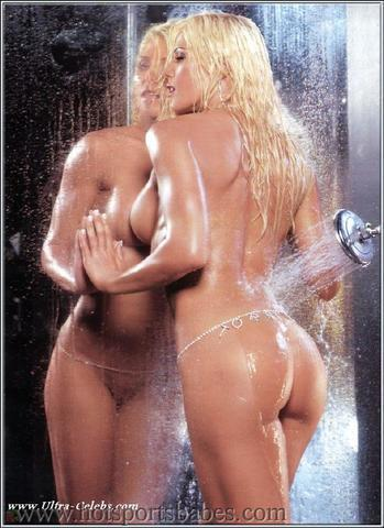 celebritie Torrie Wilson 20 years fleshly foto in the club