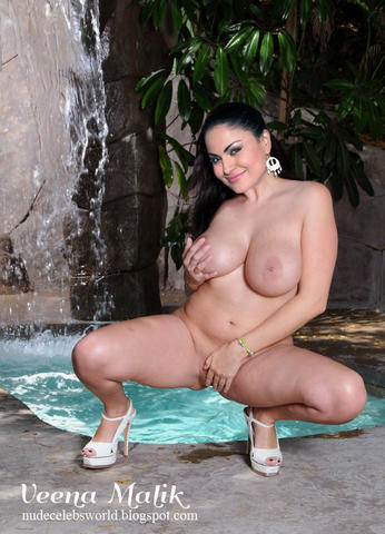 celebritie Veena Malik 19 years in the buff photo in public